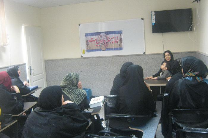 توزیع کتاب های آموزش شهروندی در محله ها